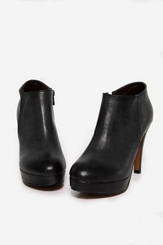 Simple cusp ankle boots, featuring a pointed toe with zip side closure, high stiletto heel and platform.