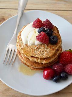 Panquecas de aveia e iogurte com frutos vermelhos