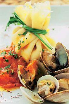 Saquitos con almejas y azafrán #recipes #cuisine