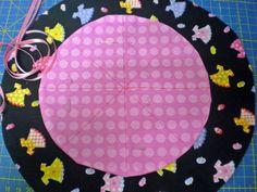 Tomando como idea el famoso costurero hecho con dos círculos de tela uno sobre otro... mi alumna Silvia me dijo que ella hacía joyeritos ... Diy Makeup Bag, Sewing Tutorials, Elsa, Kids Rugs, Crochet, Crafts, Bags, Free, Jewelry