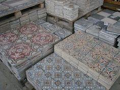 Tiles for the entrance hall! Carpet Mat, Antique Tiles, Lunch Room, Bathroom Toilets, Bathrooms, Old Building, Building Materials, Decoration, Tile Floor