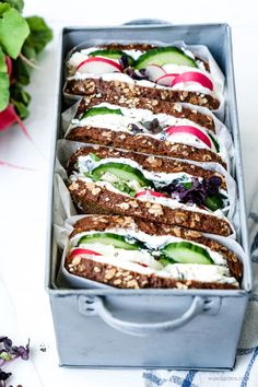 topped: recipe for a mozzarella and cucumber sandwich. - Recipe for a mozzarella and cucumber sandwich Picnic Salad Recipes Healthy Lunch, Salad Recipes For Dinner, Chicken Salad Recipes, Healthy Snacks, Vegetarian Recipes, Mozzarella, Cucumber Sandwiches, Deli Sandwiches, Sandwich Recipes