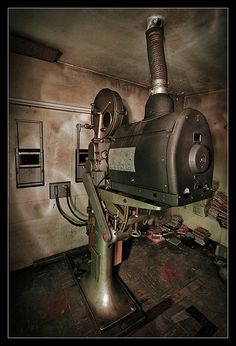 Vintage Tools, Vintage Cameras, Drive Inn Movies, Really Cool Photos, Cinema Projector, Old Technology, Character And Setting, Projectors, Theatres