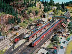 Geradezu ideale Verhältnisse für Modellbahner herrschen im Endbahnhof Hermannsdorf: Für den Personenverkehr gibt es drei Bahnsteiggleise, außerdem ein Umfahrgleis, um Loks an das andere Ende der Züge umzusetzen.