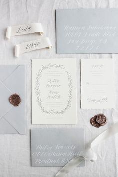 Un primo passo da fare nell'organizzazione di un matrimonio è scrivere le partecipazioni. Ma come si scrivono le partecipazioni? Ve lo sveliamo noi.