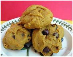 Three ingredient Pumpkin Chocolate Chip can pumpkin, 1 spice cake mix, 1 bag choc. Bake @ 375 degrees for minutes. not the best pumpkin cookies I've had, but for only three ingredients? Chocolate Chip Cookies Rezept, Pumpkin Chocolate Chips, Chip Cookie Recipe, Cookie Recipes, Dessert Recipes, Cake Mix Cookies, Cupcakes, Yummy Cookies, Spice Cake Mix