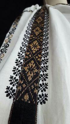 Folk Embroidery, Embroidery Patterns, Machine Embroidery, Pakistani Kurta Designs, Visible Mending, Moroccan Dress, Embroidery Suits Design, Kaftans, D1