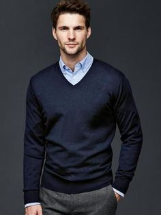 Merino V-neck sweater - Herren- und Damenmode - Kleidung Outfits Casual, Business Casual Outfits, Mode Outfits, Sport Outfits, Smart Casual Menswear, Men Casual, Sweater Fashion, Men Sweater, Mens Sweater Outfits