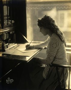 471px-Mary_Pickford-desk
