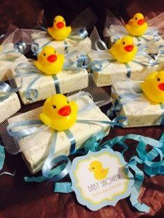 La decoración con patitos de hule o goma para la fiesta de baby shower sigue siendo muy popular. Y es que el color, brillante y llamativo del amarillo patito es festivo, sin dejar de ser tierno, y combina muy bien con cualquier otro color en los arreglos de una fiesta.