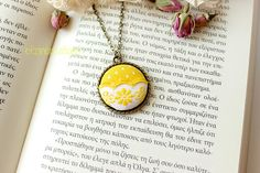 new love! Creation Crafts, Button Necklace, New Love, Shabby Chic, Handmade Jewelry, Necklaces, Buttons, Jewels, Pendant