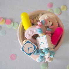 Bonbons retour en enfance pour décoration de fête aux jolie couleurs pastel. Nappe bleu ciel, vaisselle et accessoires à retrouver sur www.rosecaramelle.fr #pastel #deco #fete #birthday #party #bleu #anniversaire #nappe #sweettable #kids