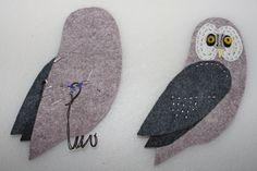 "A number of readers have written asking for more detail about how I make the feet for my felt birds. There's no ""right"" or ""wrong"" when it comes to making these little… Christmas Bird, Felt Christmas Ornaments, Christmas Crafts, Fabric Brooch, Felt Brooch, Felt Patterns, Bird Patterns, Cross Stitch Owl, Felt Birds"
