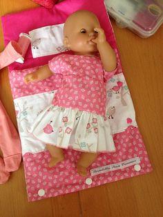 Petite robe pour poupon corolle 30 cm d'après un modèle trouvé chez Tirelabobinette