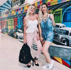 Amanda Domenico ao lado de Jana Taffarel, toda linda de overall jeans Naguchi #AltoVerão2017