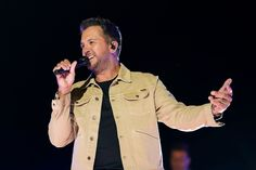 AP Photo/Mark Humphrey Luke Bryan turned on his epic charm at the 2021 CMT Music Awards performing his latest chart-topping single Down To One. The country superstar performed live from the rooftop of Nashville's Assembly Hall. The song, written by Justin Ebach, Kyle Fishman, and Dallas Davidson, is Bryan's 26th consecutive number-one single, following What She Wants Tonight, […] The post Luke Bryan Performs 'Down to One' at the 2021 CMT Music Awards appeared first on Wide Open C Country Singers, Country Music, American Idol Judges, Lauren Alaina, Cmt Music Awards, Gladys Knight, Chris Stapleton, Kelsea Ballerini, Chris Young