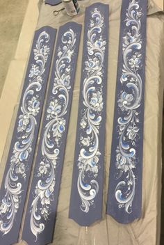 Folk Art Flowers, Flower Art, Stencil Designs, Paint Designs, Tole Painting, Painting On Wood, Rosemaling Pattern, Norwegian Rosemaling, Plaster Sculpture