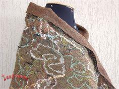 Detalhe do Xale de inverno com fundo em lã de carneiro penteada, em tons de verde oliva sobre a qual foram tramados fios de lã, linhas, rendas, fitas, sianinhas, retalhos, etc.. Dimensões aproximadas 2,03 m X 0,47 m.