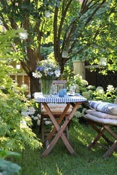 The perfect summer picnic spot. Wish we were there!