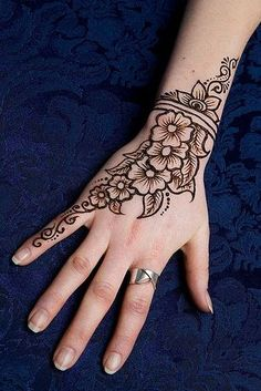 You've got an ocean of henna designs before you, and you can grab your most favorite one. Though it is a small body part, a henna on it looks simple yet elegant. Among all wrist tattoos, henna flower are believed to be the most well-known ones. Henna Ink, Tattoo Henna, Henna Body Art, Jagua Tattoo, Mandala Tattoo, Cute Henna Tattoos, Finger Tattoos, Arm Tattoo, Henna Mandala