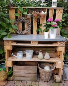 Pallet plant table DIY, beautifully decorated I like it on the .- Palettenpflanztisch DIY, schön dekoriert gefällt es mir am Besten. – My CMS Pallet plant table DIY, beautifully decorated I like it best. – My CMS - Garden Projects, Garden Tools, Garden Ideas, Plant Table, Garden Tool Storage, Plantation, Easy Diy Crafts, Diy Table, Diy Garden Table