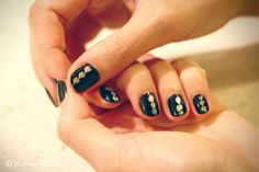 makeup and nails | DIY nails, gold and black,statement nail, easy how to, beauty blog