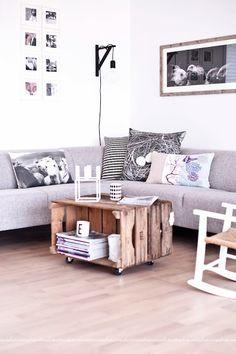 Flot sofa og fedt råt sofabord med æblekasser