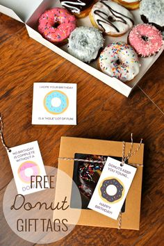 Tons of free printable donut gift tags! I mean, who wouldnt want to get donuts as a gift??