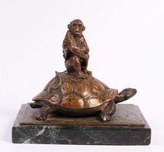 Art déco sculpture Singe sur une tortue Bronze animalier Patine polychrome Signé sur le coté Monté sur socle en marbre Bon état Hauteur : 14 cm Référence : MB134