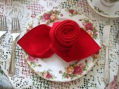 pliage serviette en tissu rouge élégant en forme de rose