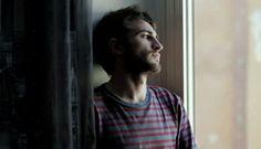 """""""NON VOGLIO PIÙ ESSERE GAY"""": LA TESTIMONIANZA DI UN UOMO DELUSO DALLA COMUNITÀ LGBT"""