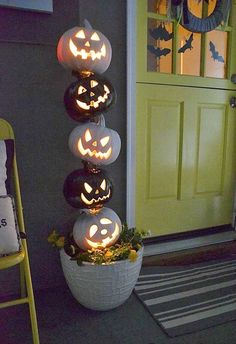 Turn your home into a haunted mansion with these DIY Halloween decorations. Not only are they cheap but these DIY Halloween decorations are easy to make. Halloween Veranda, Casa Halloween, Theme Halloween, Holidays Halloween, Halloween Pumpkins, Halloween Crafts, Haunted Halloween, Creepy Halloween, Vintage Halloween