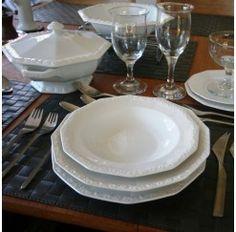 Vajilla Rosenthal de porcelana apta para lavavajillas de 12 servicios y 56 piezas compuesta por: 12 platos hondos de 23 cm, 24 platos llanos de 25 cm, 12 platos de postre de 19 cm, 1 sopera de 1,4 litros, 1 salsera de 0,4 litros, 1 ensaladera de 28 cm, 2 fuentes de servicio de 33x20 cm, 1 fuente de servicio de 38,5x24 cm y 2 fuentes auxiliares de 28x17 cm. El diseño está inspirado en un juego de Té de plata de 1815 que el fundador Philipp Rosenthal adquirió en un viaje a Inglaterra.