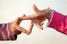 10 kleine Zappelmänner ist eines der bekanntesten Fingerspiele. Bei uns gibt's noch viele weitere Handspiele zum Vor- und Mitmachen. © Thinkstock