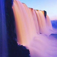 """Reposting @travelustofficial_: Las Cataratas del Iguazú te impactarán con su desbordante belleza. Consideradas como una de las """"siete maravillas naturales del mundo"""", estos saltos se robarán el corazón de cualquier aventurero.  Sorprendentemente, este lugar increíble es compartido por Argentina y Brasil,ya que se encuentra en zona limítrofe :) . . . Ph credits: @me.we.us.wanderlust #iguazu #argentina #brasil #waterfalls #beauty #nature #latinoamerica"""