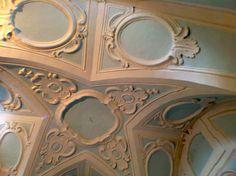La volta a spigoli con motivi verticali a goccia e medaglioni in stile rococò all'interno della cappella privata dell'edificio. Guarda il video http://www.salentoweb.tv/video/9096/antico-chiostro-dei-cappucini-santa