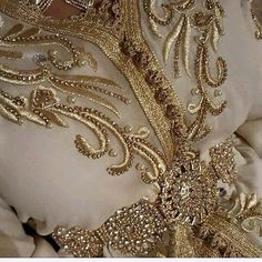 very beautiful Caftan. Morrocan Dress, Moroccan Bride, Moroccan Caftan, Moroccan Style, Beaded Embroidery, Hand Embroidery, Embroidery Dress, Arabic Dress, Arab Fashion