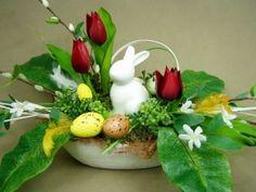Kompozycja z sztucznych tulipanów i bazi z pięknym porcelanowym zajączkiem.