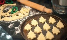 Free stock photo - Baking homemade Christmas cookies with pastry cut out in the shape of traditional Christmas trees arranged on a baking tray to go into the oven Homemade Christmas Cookie Recipes, Christmas Desserts, Diy Christmas, Best Lunch Recipes, Sweets Recipes, Favorite Recipes, Vegan Fruit Cake, Vegan Chocolate Cupcakes, Easy Sweets