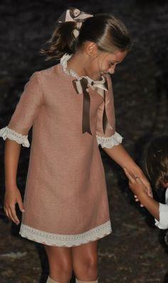 Vistiendo a tres. Little Dresses, Little Girl Dresses, Girls Dresses, Little Girl Fashion, Kids Fashion, Moda Kids, Skirts For Kids, Fuchsia, Kids Wear