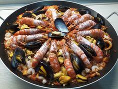 """La paella de marisco (in italiano """"paella di pesce o paella di mare"""") è uno dei più famosi piatti della cucina spagnola. Vai alla Ricetta. Tapas, Ethnic Recipes, Food, Seafood Paella, Meal, Eten, Meals"""