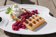 Enjoy a nice Waffel outside the Romantik Hotel Schloss Rettershof