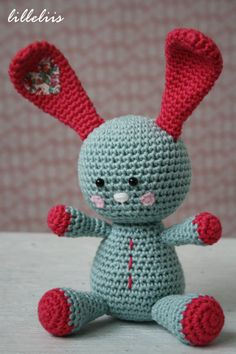 Funny Bunny Amigurumi (21cm) - Patrón Gratis en Español aquí: http://lilleliis.com/free-patterns/funny-bunny-pattern-spanish/
