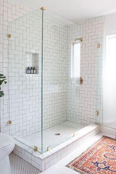 Jag klickade mig runt efter inspiration till ett nytt badrum (in my dreams) och hamnade hos bloggaren Sarah Sherman Samuel. Hon har precis renoverat ett fantastiskt badrum och jag blev verkligen inspi