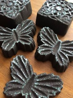 Black Bath Bomb scented with Black Musk.citric,bicarb,coconut milk powder,buttermilk powder,tapioca flour,kaolin clay,cottonseed oil,black mica,fairy dust glitter (no slsa or poly). Eloise Brown