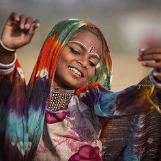 UK photographer Magdalena Bagrianow went on a trip through rural India, capturing unique portraits of the local people she met. The results are beautiful! Gypsy Girls, Gypsy Women, How Beautiful, Most Beautiful Women, Beautiful People, Beautiful Family, Cultures Du Monde, World Cultures, Portraits Illustrés