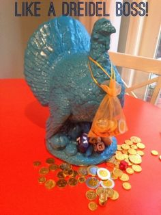 This Turkey is gathering gelt like a boss this #Thanksgivukkah. Recipe & craft round up.