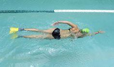 Gloriana Fonseca, instructora de natación, nada con las patas de rana o aletas, que ayudan a ir más rápido y mejoran la patada. Lugar: Gimnasio MultiSpa en Tibás.