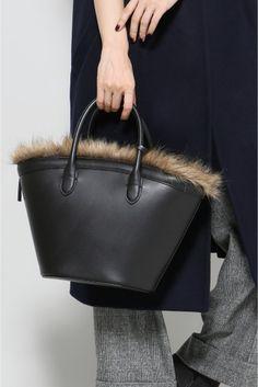 VASIC MARCHE MINI BAG  VASIC MARCHE MINI BAG 58320 2016AW VASICヴァジック ミニマリストなデザインでクラシックなスタイル日常で使える私の定番?my standard bag? をテーマにさまざまなバックの在り方という意味を込めたVASIC/ヴァジックのブランドを展開しています
