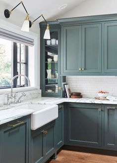 Modern Kitchen Trends 2019 Bringing Two Tone Wood Cabinets. Top Kitchen Color Trends For 2019 Kitchen Color Trends . Modern Kitchen Design Trends 2019 Two Tone Kitchen Cabinets. Home and furniture ideas is here Home Decor Kitchen, Interior Design Kitchen, Home Kitchens, Decorating Kitchen, Kitchen Design Classic, Country Kitchen, Room Interior, Green Kitchen Designs, Coastal Interior